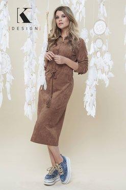 K-Design camel jurk R907 met coating, split en kwastjes